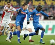 Demba Ba e Vedad Ibisevic (Hoffenheim) com Petit (Colónia) pelo meio