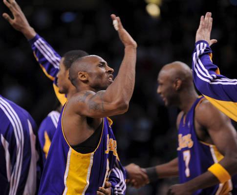 NBA: Lakers avançam em dia de recorde