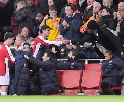 Taça de Inglaterra: Arsenal em frente, Walcott de volta