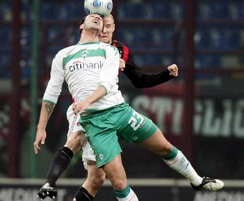 Taça UEFA: Werder Bremen de Hugo Almeida elimina Milan