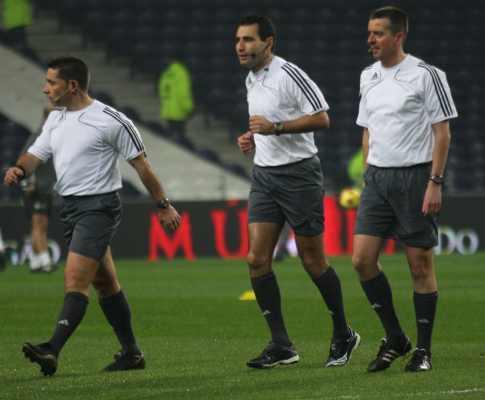 Jogadores torcem o nariz aos árbitros adicionais na Liga Europa