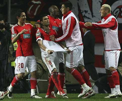 Benfica: Reyes sofre pancada e volta a lesionar-se