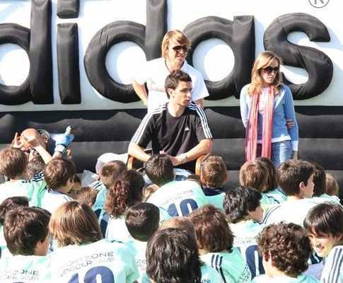 Hélder Postiga ensina jovens a fazer golos... ou não