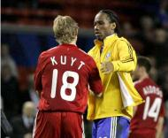 Dirk Kuyt e Didier Drogba, durante o Liverpool-Chelsea
