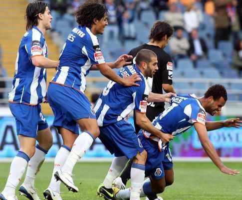 F.C. Porto: Bruno Alves na linha da frente para sair