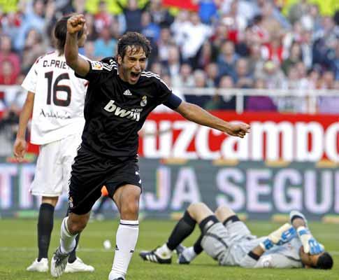 Espanha: «hat trick» de Raúl mantém Real na corrida