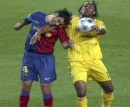 Marquez e Drogba tentam chegar à bola