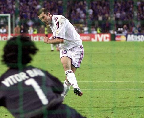 É como andar de bicicleta: Zidane mostra classe em amigável