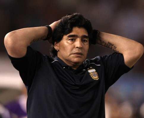 VÍDEO: guarda-redes dá frangalhão e Maradona... demite-se