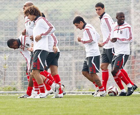 Benfica e árbitro ambientaram-se ao relvado do Estádio do Algarve