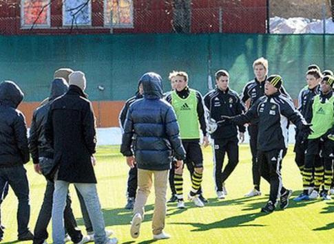 Adeptos do Hammarby invadem treino do AIK para agredir «traidor»