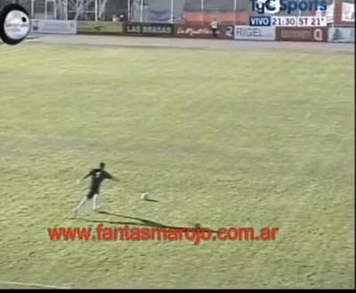 Guarda-redes aproveita o vento e faz um golo incrível (vídeo)