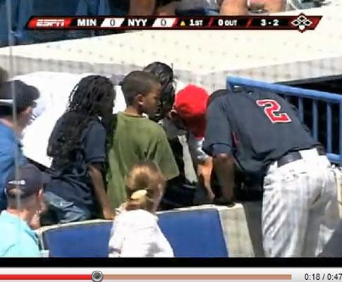 Cúmulo do azar: com 11 mil no estádio, acertou com a bola na mãe!