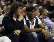 David Luiz e Didier Drogba divertem-se em Londres (Reuters)