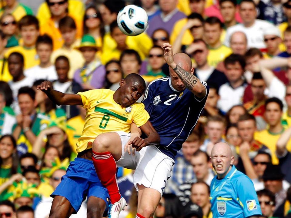 Brasil: Oscar lesiona-se, Ramires no onze