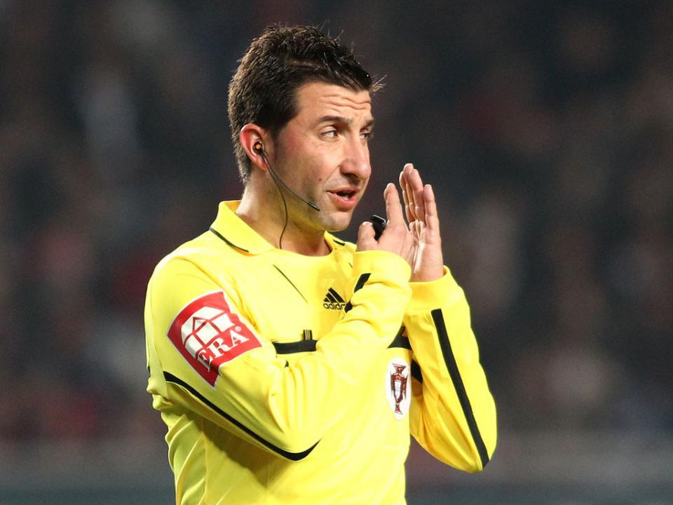 Árbitro explica por que expulsou jogador do Sporting aos cinco minutos