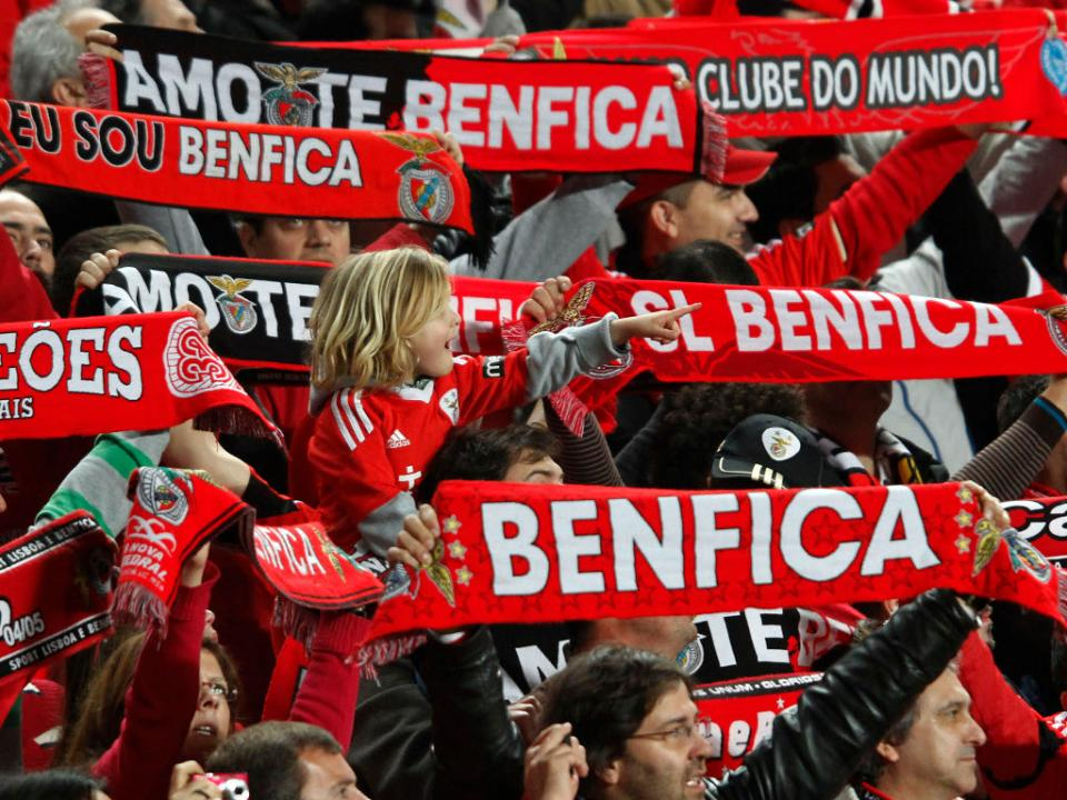 Benfica homenageia bombeiros mortos em 2013