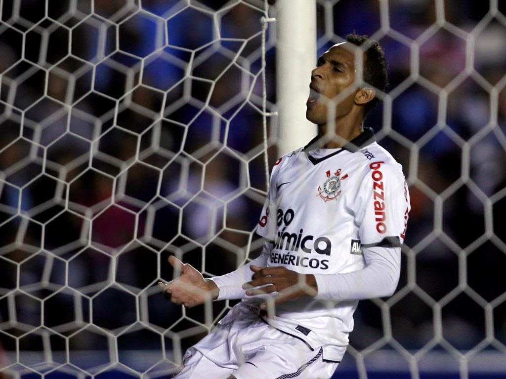 Corinthians: treinador já ameaça Liedson com o banco