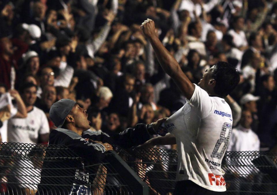FOTOS: adeptos invadem centro de treinos do Santos