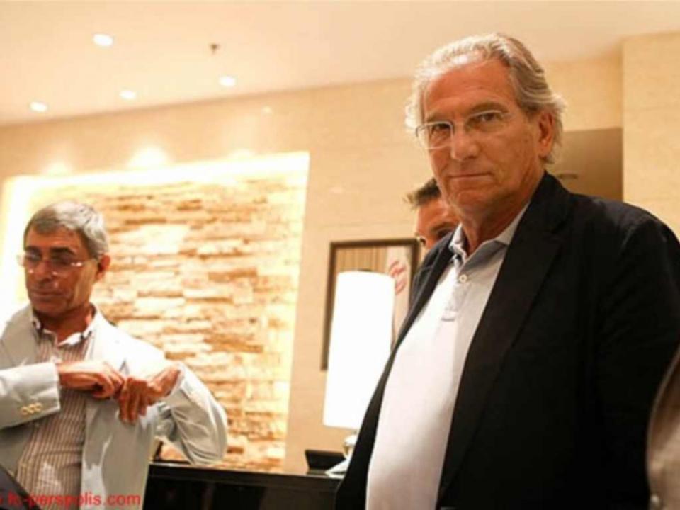 «João Rocha entrou para baixo dos chuveiros de fato e gravata»