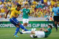 Paulinho em ação pelo Brasil (Reuters/Kai Pfaffenbach)