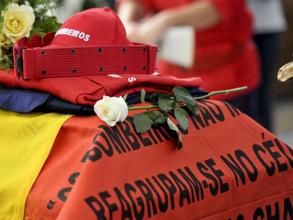 Brasil-Portugal: um minuto de silêncio pelos bombeiros mortos