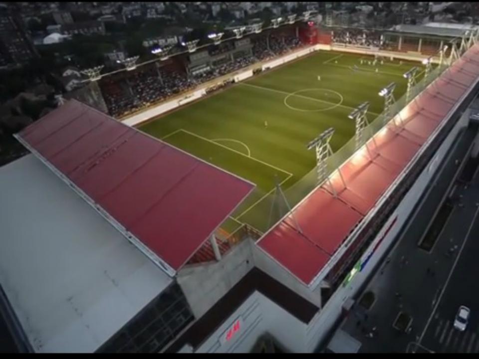 Incrível: há um estádio no telhado de um shopping sérvio!