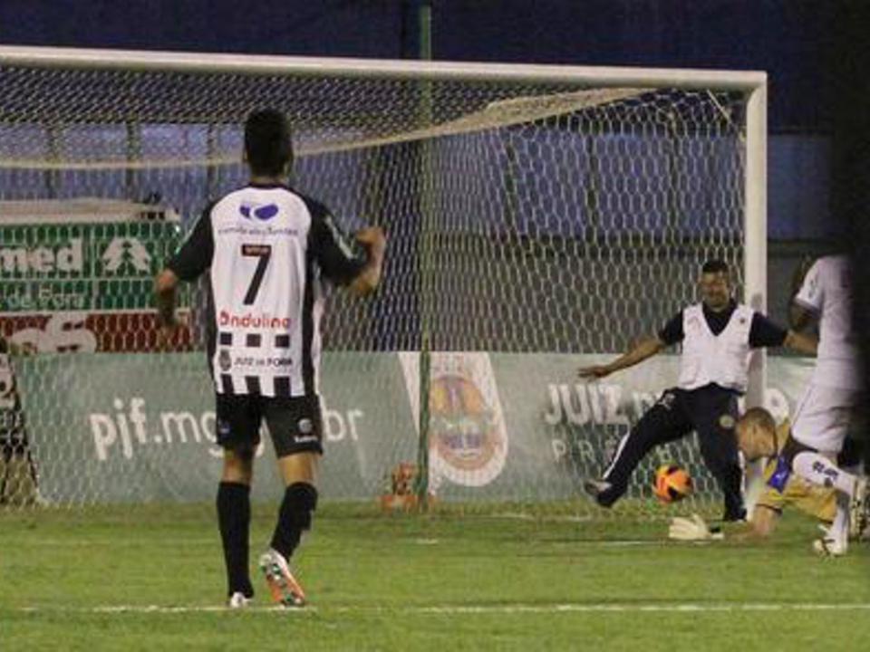 Massagista impede golo ao tirar a bola em cima da linha
