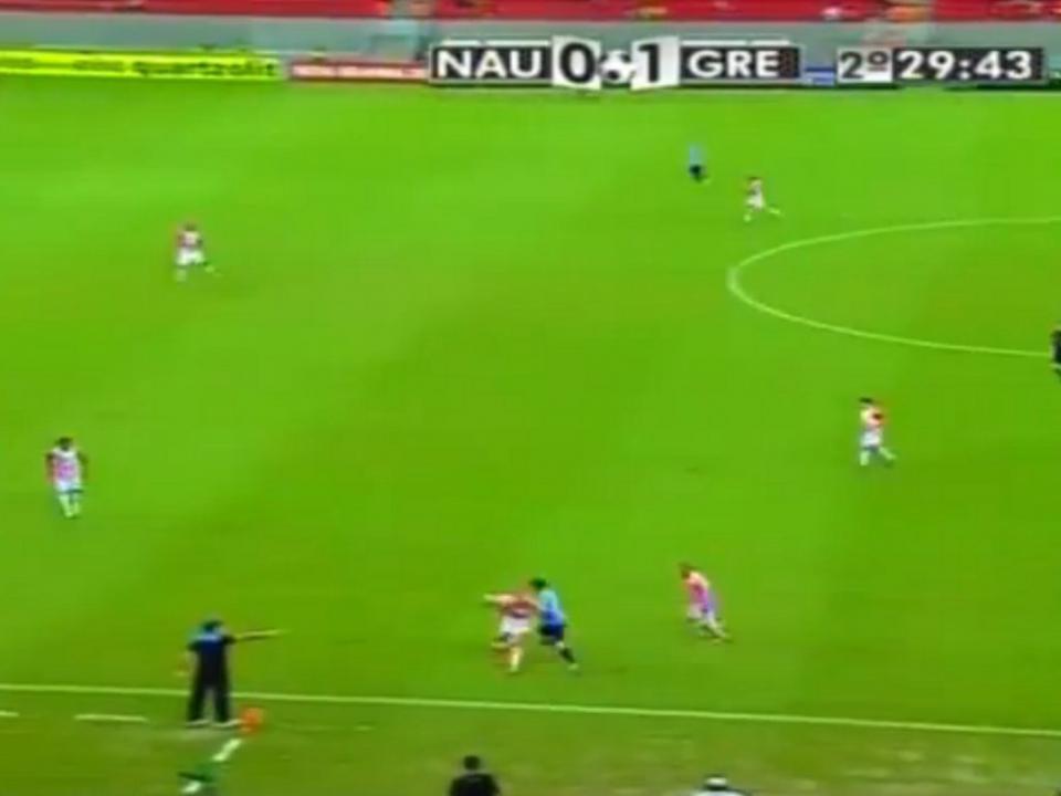 Uruguaio humillha adversário com três túneis na mesma jogada