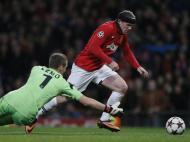 No jogo desta terça-feira com o Bayer Leverkusen, Wayne Rooney voltou a ter de usar uma fita protetora na cabeça devido a uma ferida que não pode estar exposta (Reuters)