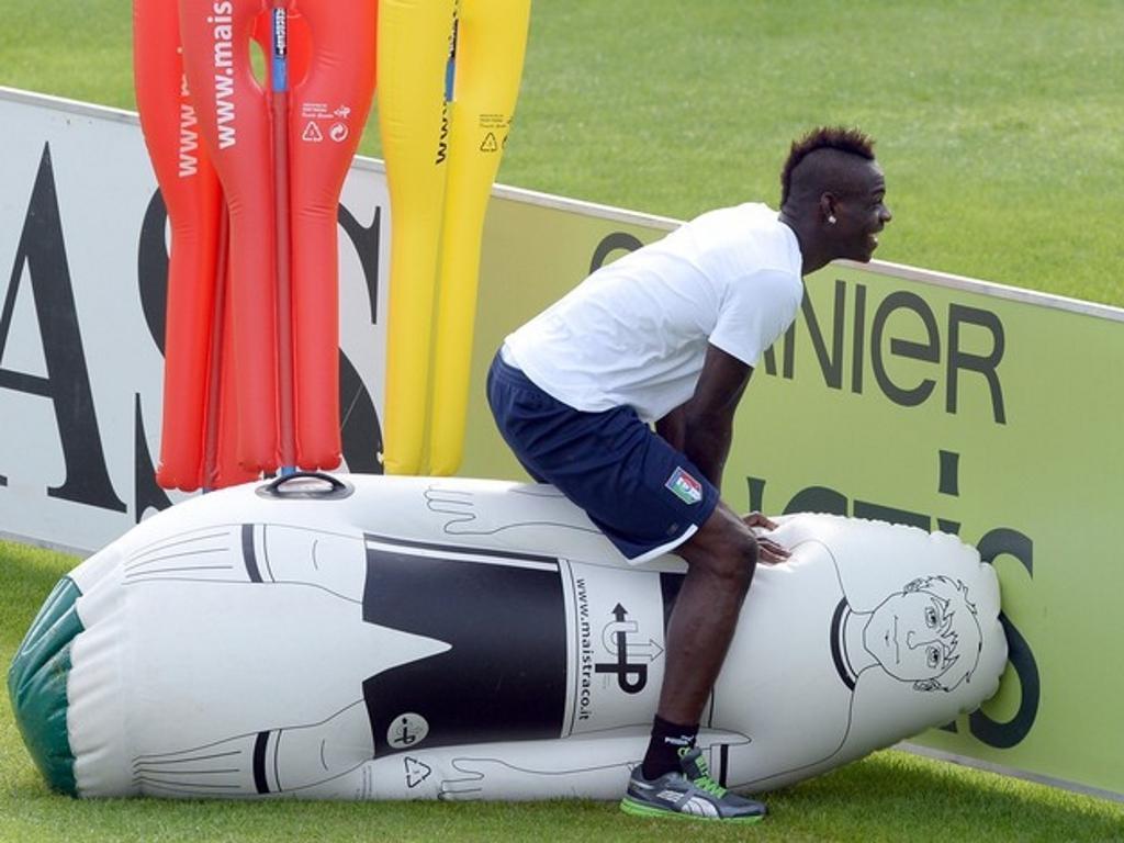 Balotelli e um boneco insuflável: esta não pode perder