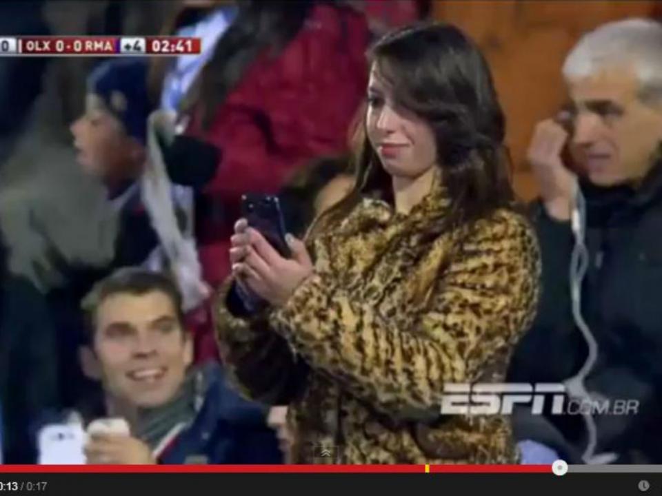 VÍDEO: Benzema para de jogar para... posar para uma foto