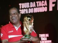 Taça de campeão do mundo chega ao Brasil (Reuters)