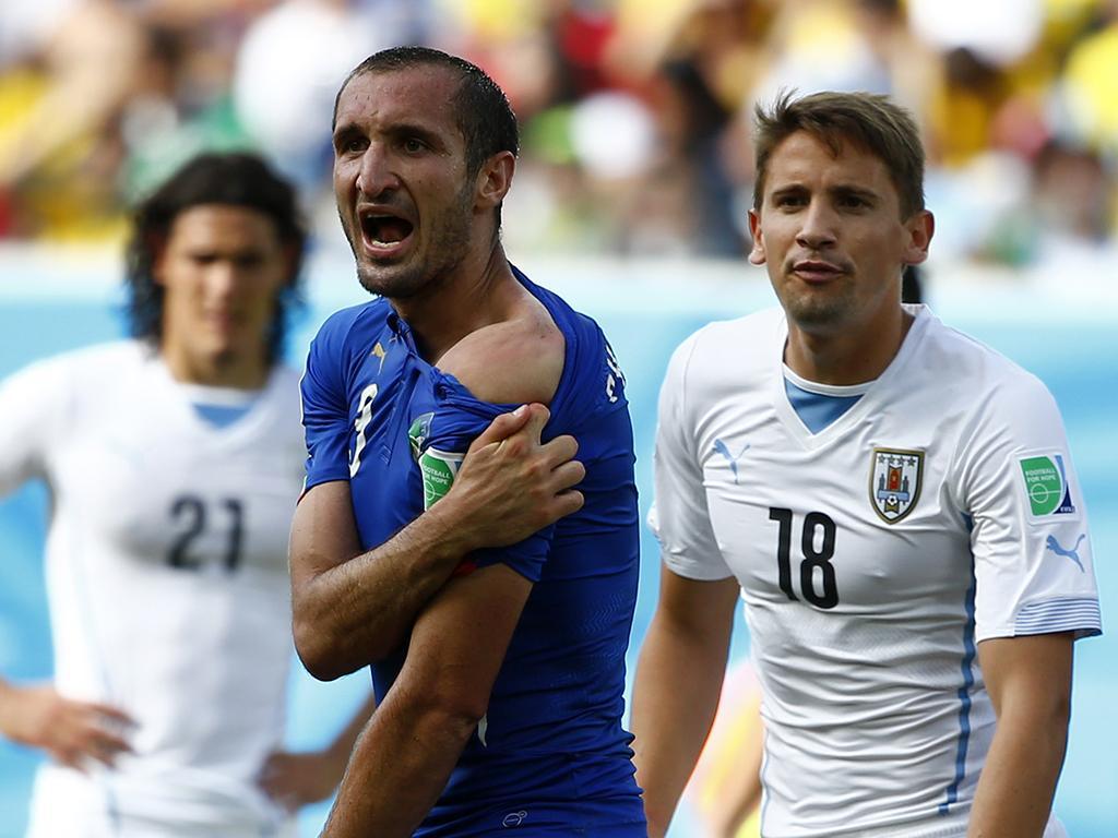 Luis Suarez morde Chiellini durante Itália - Uruguai