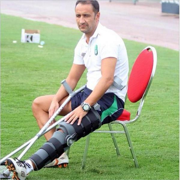 De perna engessada: Vítor Pereira sofre golo e levanta-se desesperado