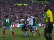 Os Estados Unidos podem recorrer aos bloqueios nas bolas paradas. Aqui Omar González recua de costas para bloquear o mexicano Reyes (FC Porto), libertando assim um colega
