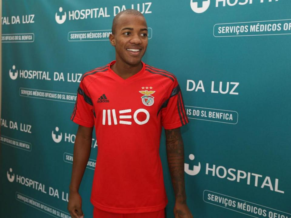 OFICIAL: Estoril anuncia Victor Andrade na Chapecoense