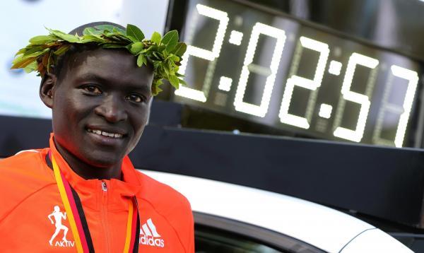 Dennis Kimetto bate recorde do mundo da maratona em Berlim
