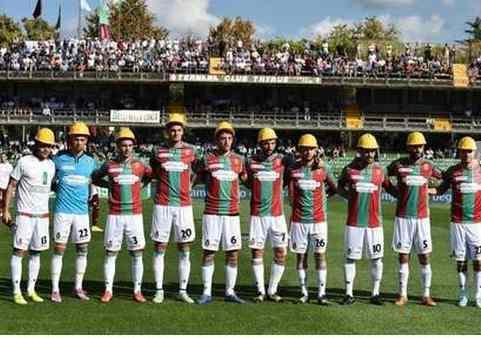 Jogadores de capacete, solidários com operários em greve