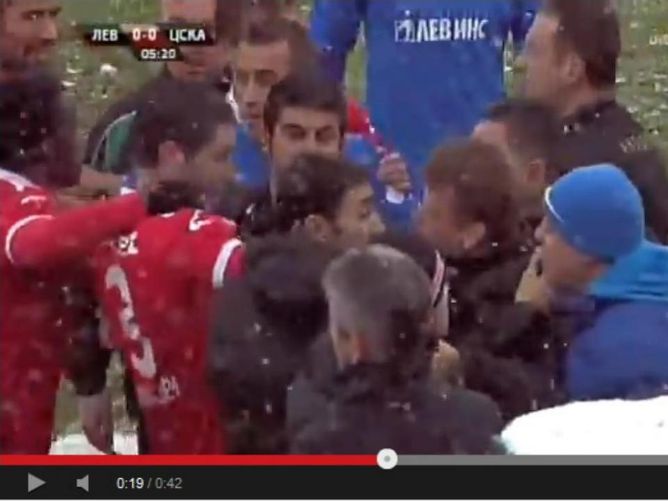 Mladenov (lembra-se?) atingido por bola de neve: teatro ou nem por isso?