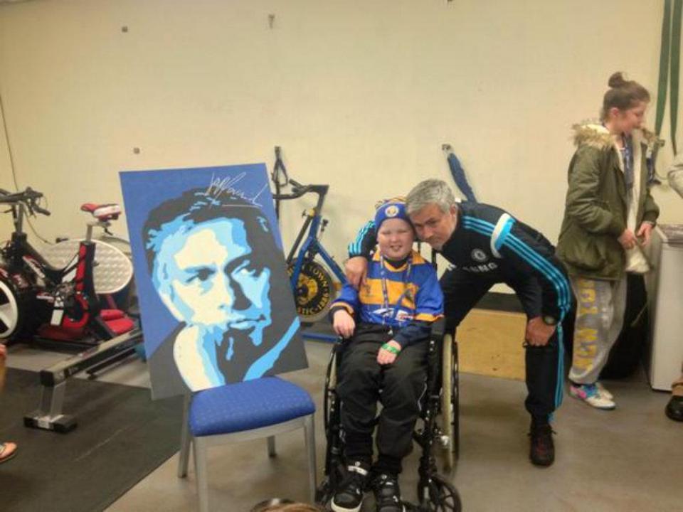 Criança com cancro pinta quadro de Mourinho e recebe autógrafo