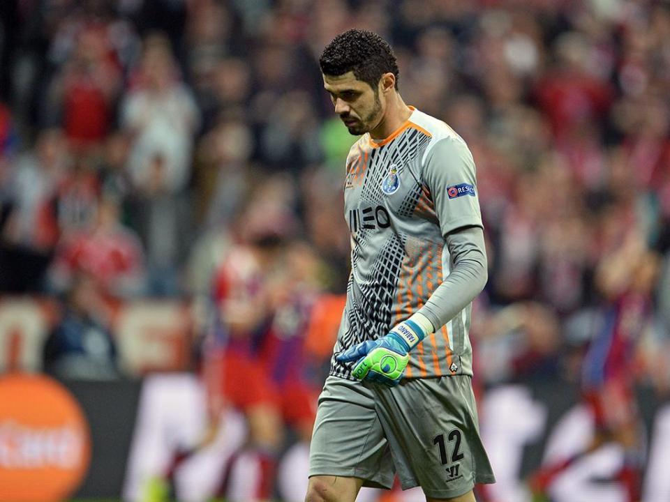 FC Porto: Fabiano lesiona-se no último treino antes da Roma