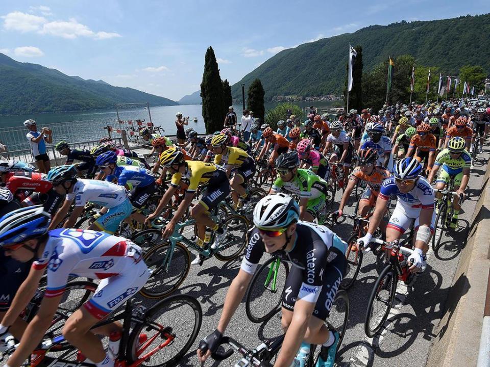 Giro: Gaviria vence terceira etapa por desclassificação de Viviani