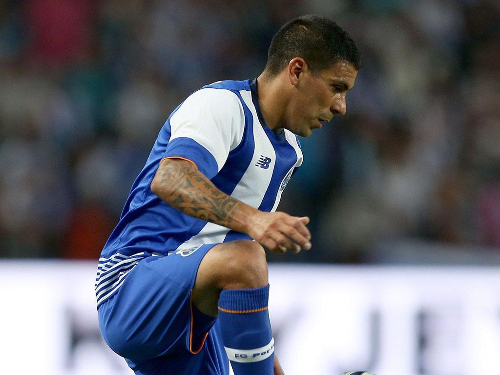 FC Porto: Maxi Pereira titular do Uruguai na Venezuela