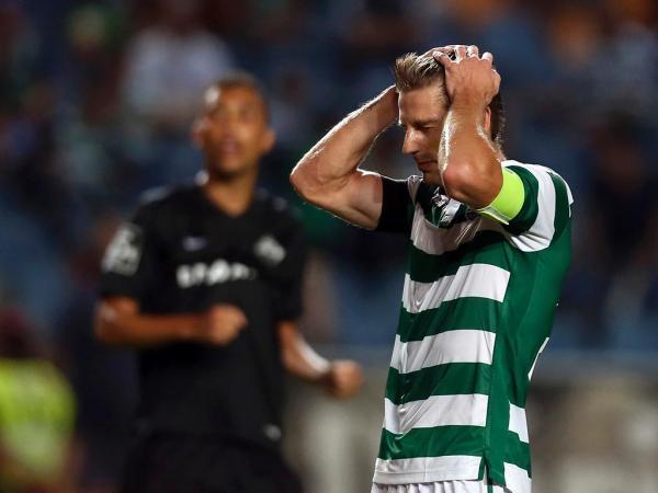 Sporting sofre, mas vence em casa e segue disparado na liderança