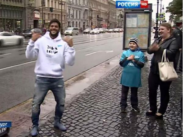 Hulk canta «Ai se eu te pego» na rua para ajudar criança