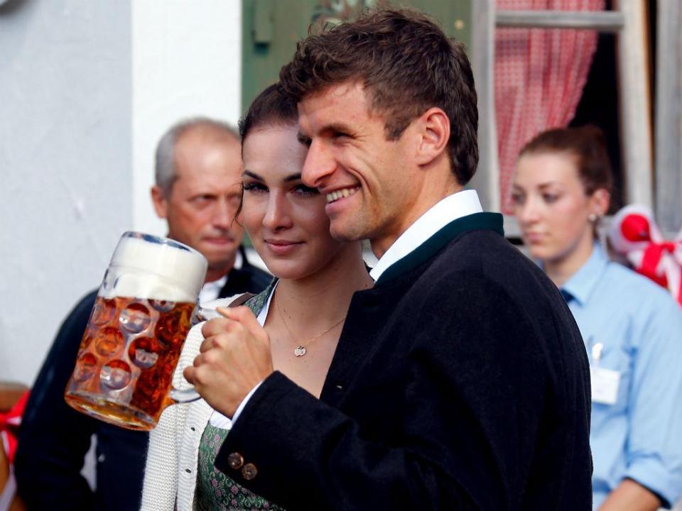 Mulher de Müller pede desculpas por criticar treinador no Instagram