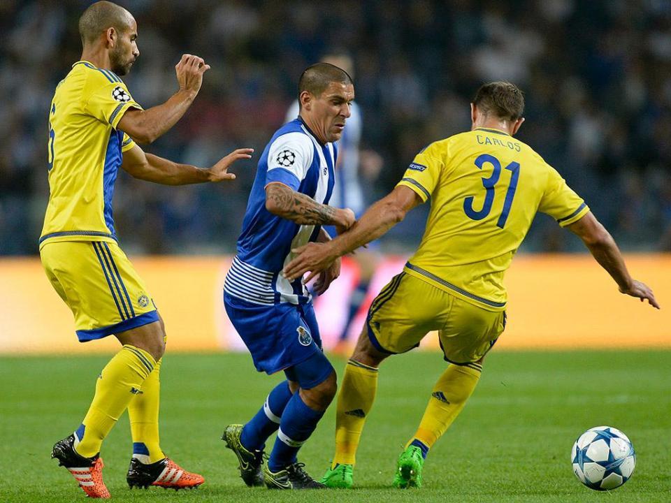 Maccabi bane por cinco anos adepto que atirou tocha