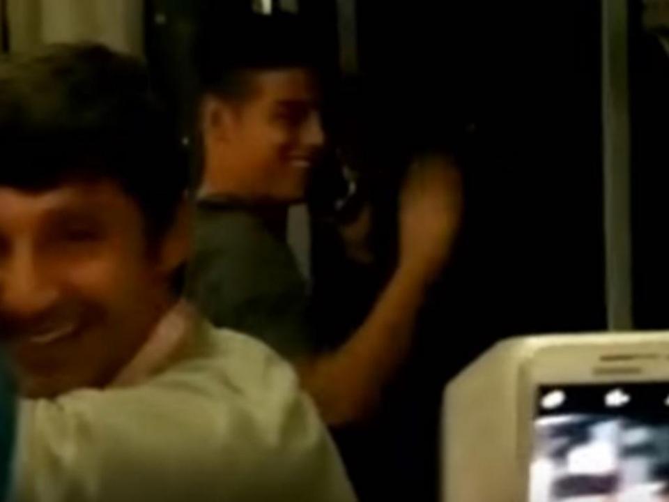 James Rodríguez rodeado por chilenos num autocarro (vídeo)
