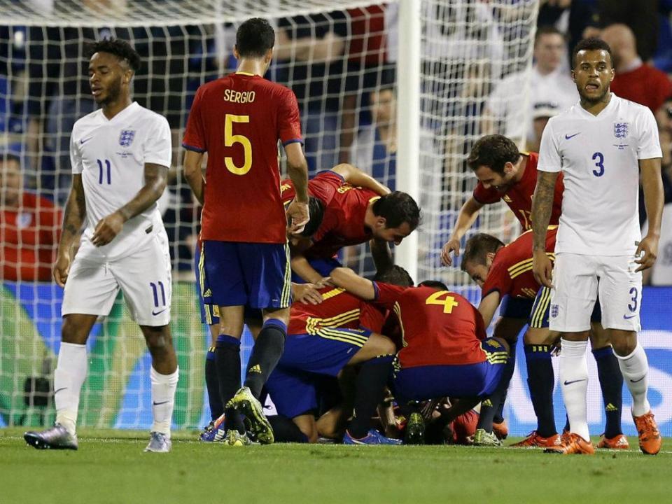 Espanha-Inglaterra: golo acrobático de Mario Gaspar e lesão de Thiago